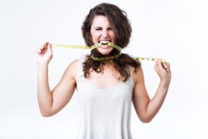 mujer con cinta métrica
