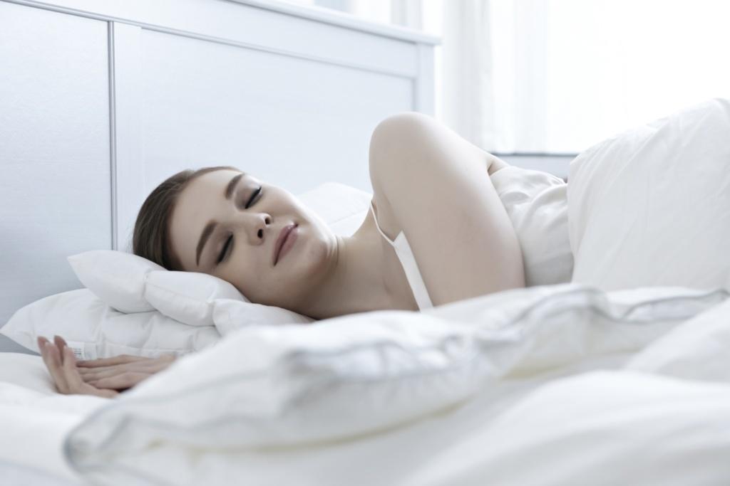 mujer durmiendo sistema inmunológico