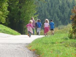 familia paseando