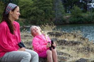 mujer y niña sistema diagnóstico cobas